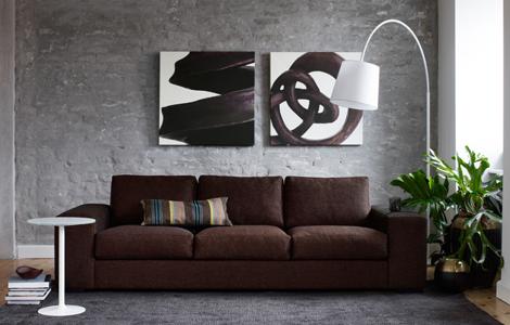 Samme st?lampe, her i hvitt. Stor og innbydende sofa og lite ...
